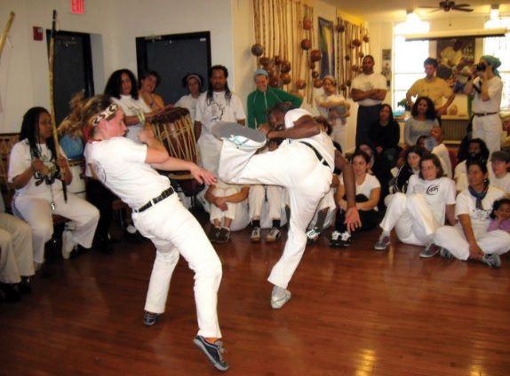 A prática da capoeira na atualidade atrai muitas pessoas.