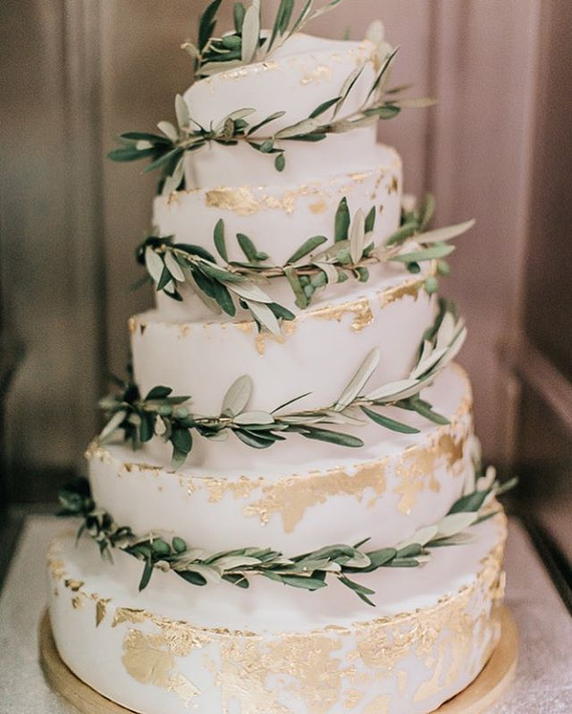 #mundushannover #fineartbakery #handmade #sweettable #wedding #dessert #delicious #candybar #weddingcake #cake #happy #hannover #gold #weddinginspiration  Foto: @anja_schneemann_photography  Sweets: @mundushannover  Wedding Planner: @marryjane_weddingdesign  Location: @seefugium Flowers: @milles_fleurs_