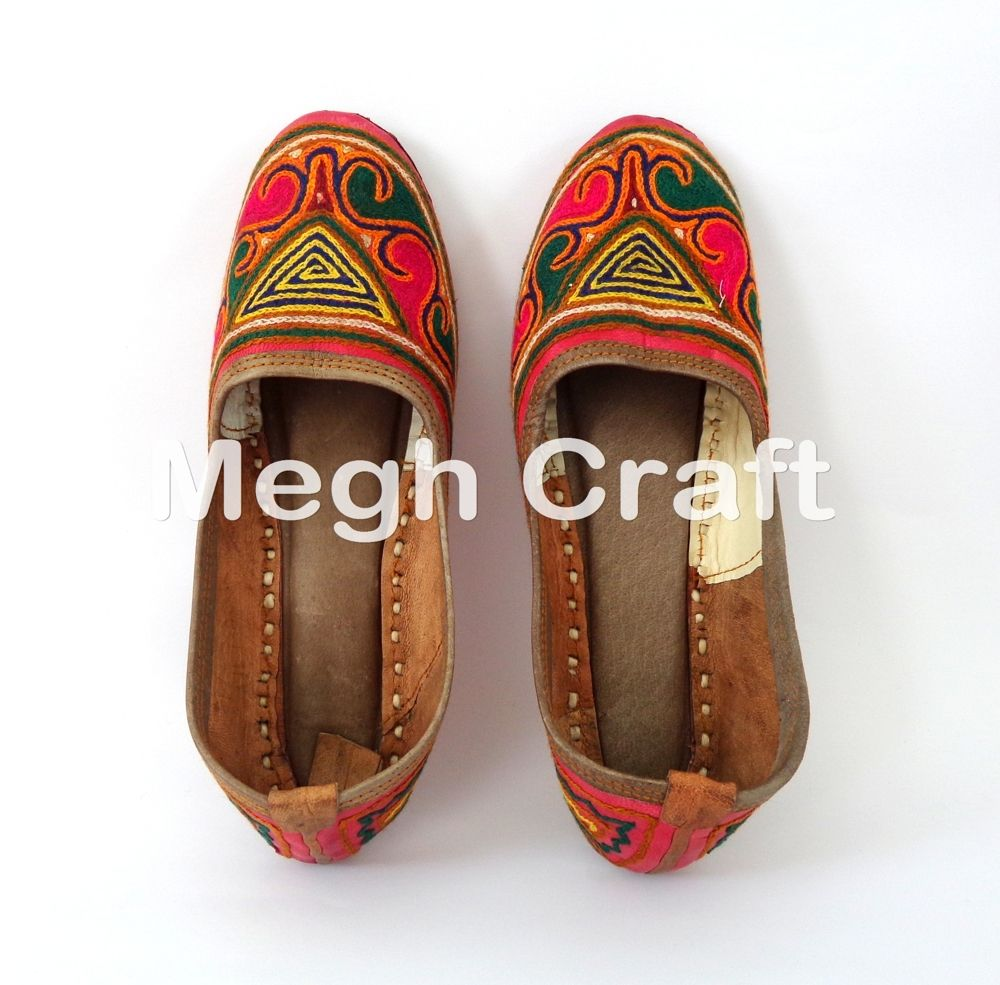 Pin on INDIAN TRADITIONAL MOJARI,SHOES,JUTTI,KHUSSA,FOOTWEAR