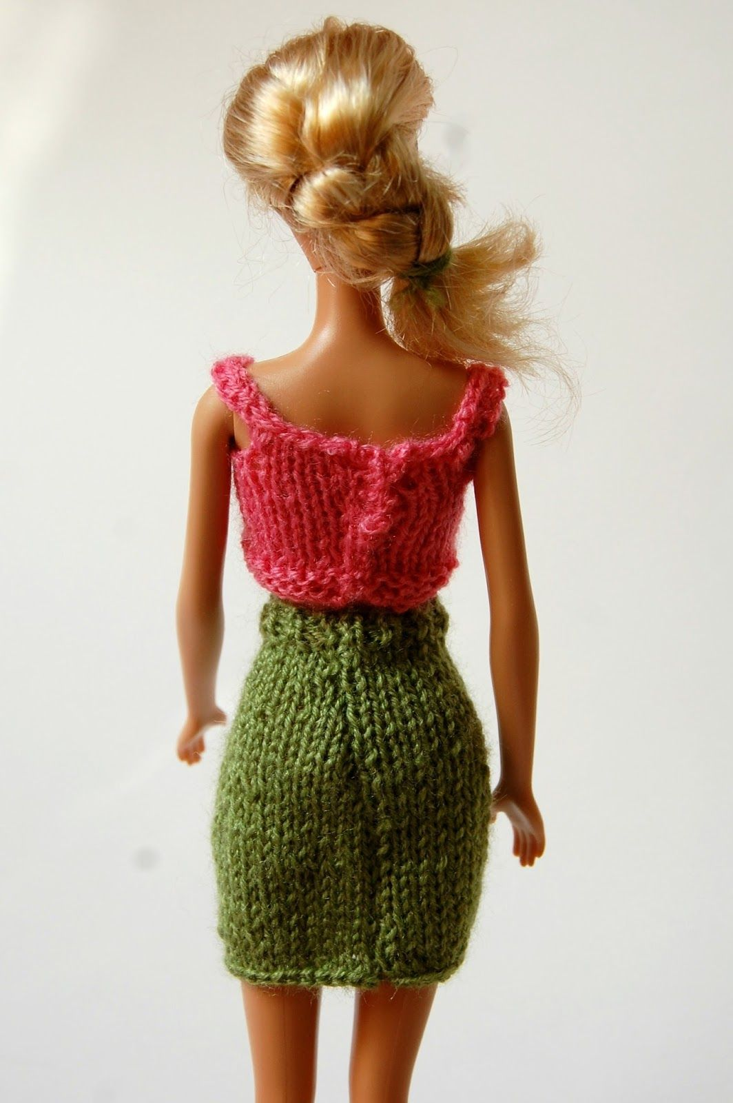 A free knitting pattern for a stylish pencil skirt for your barbie a free knitting pattern for a stylish pencil skirt for your barbie bankloansurffo Images