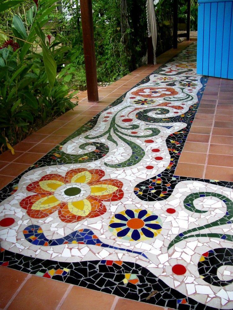 allée de jardin en mosaque colorée à motifs floraux et carrelage sol ...