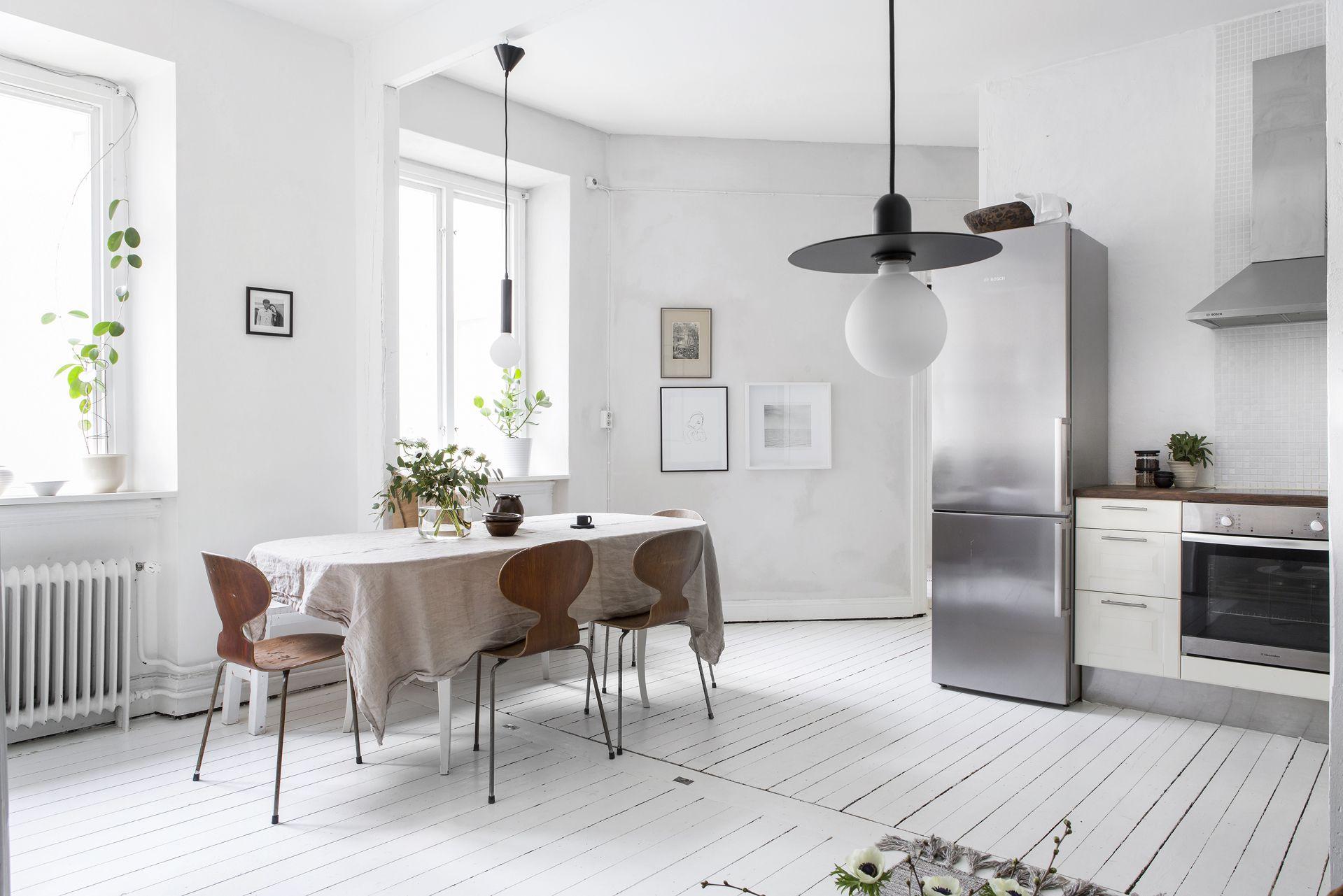 Zo geef je een minimalistisch interieur met een witte vloer meer