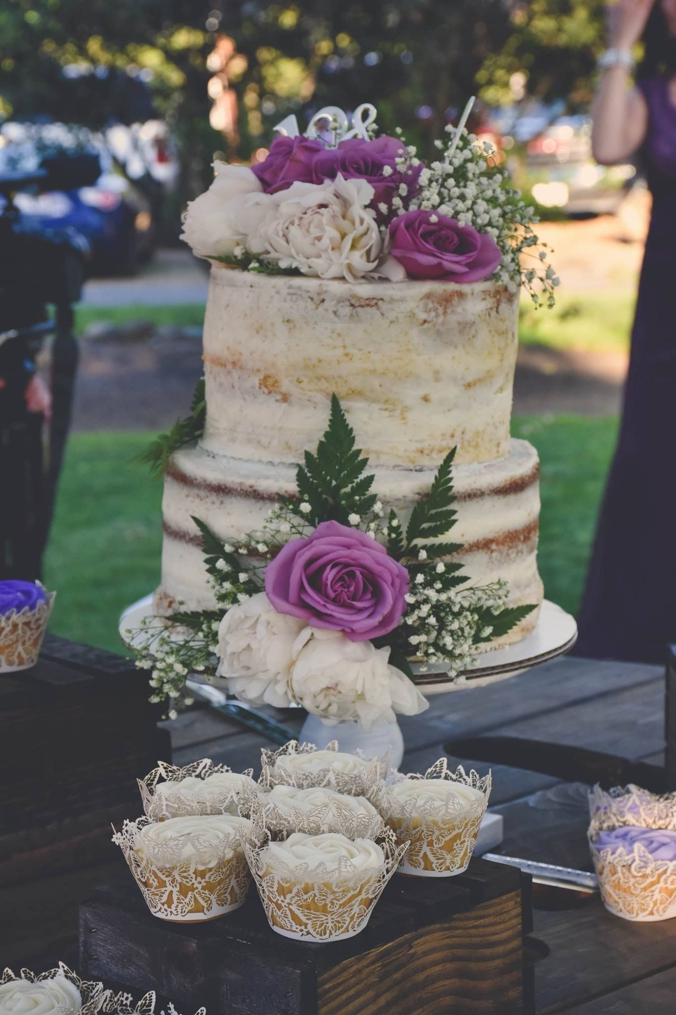 fresh flower holders for wedding cakes rustic wedding cake with fresh flowers and cupcakes 14472