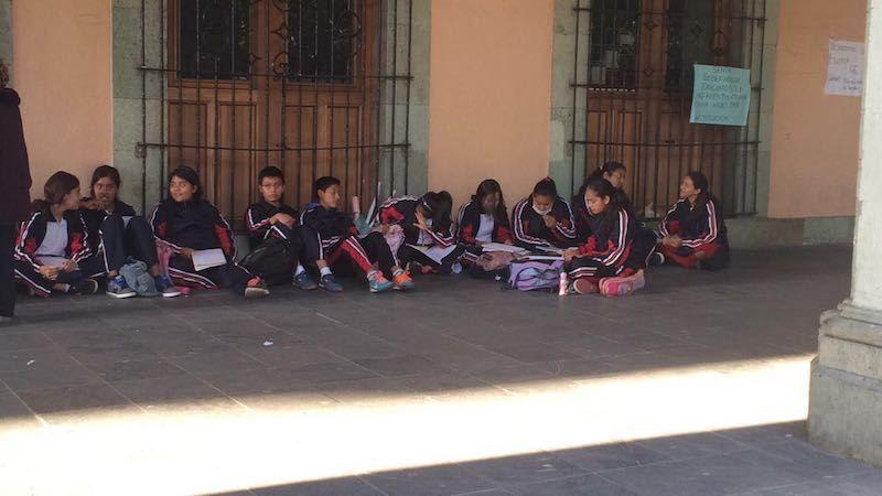 """Alumnos de la Escuela Secundaria General """"Andrés Henestrosa"""" reciben clases en Palacio de Gobierno"""