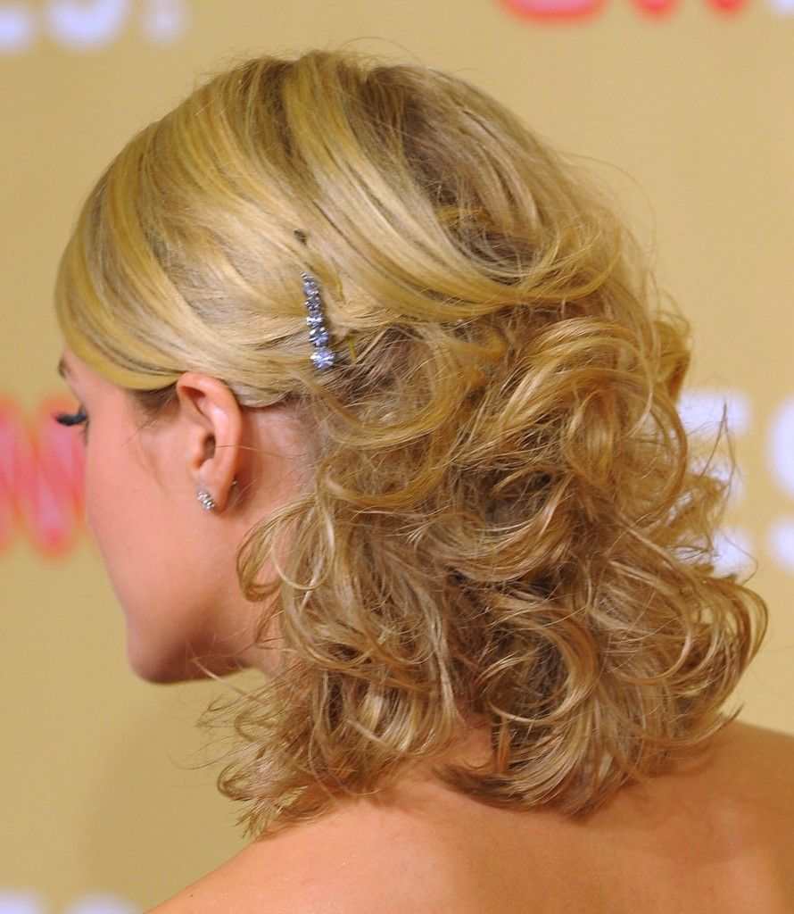 half up half down wedding hairstyles for short hair. how does she