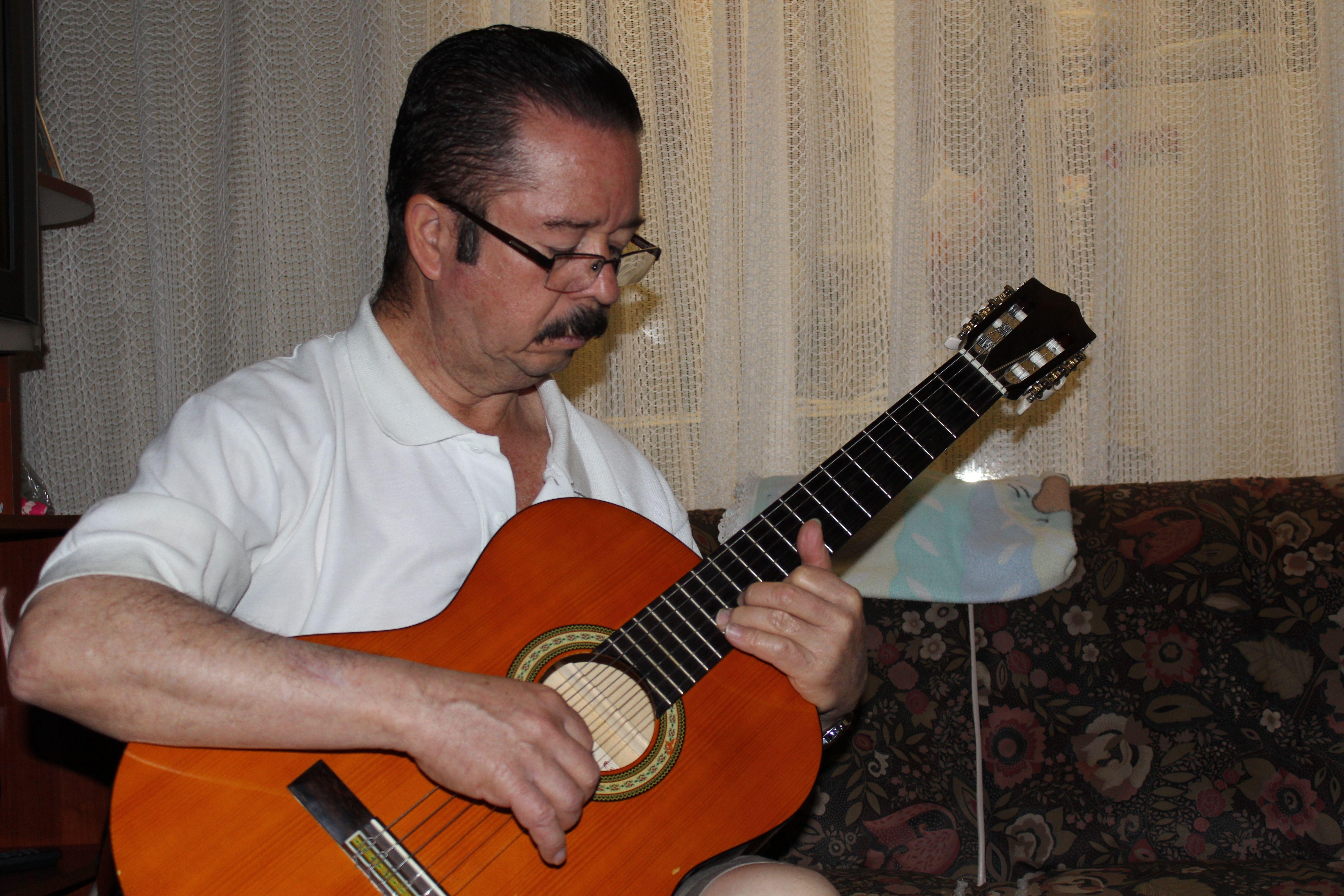 Llora guitarra porque eres mi voz de dolor.