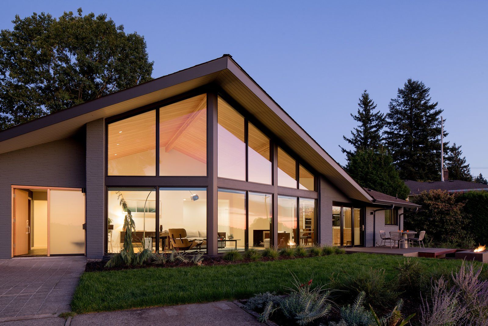 Before After A 1950s Midcentury Abode Gets A Gorgeous Upgrade Gable Roof Design Architecture Mid Century Modern House