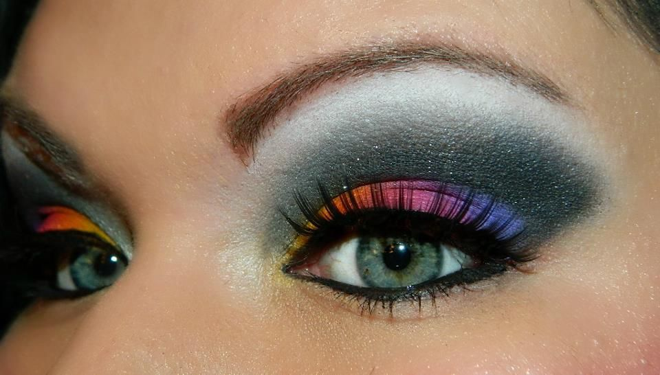 Bright/cut crease Minus the black and white up to the eyebrows. That makes it look clownish