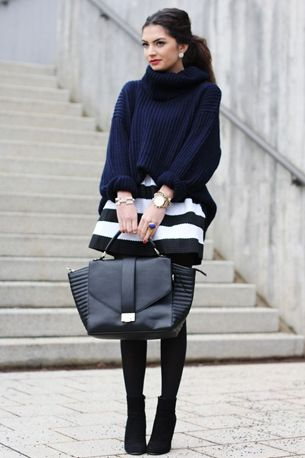 86d84a7f0b outfit chunky navy blue turtleneck sweater jumper black white striped skirt  - donkerblauwe coltrui zwart wit gestreepte rok