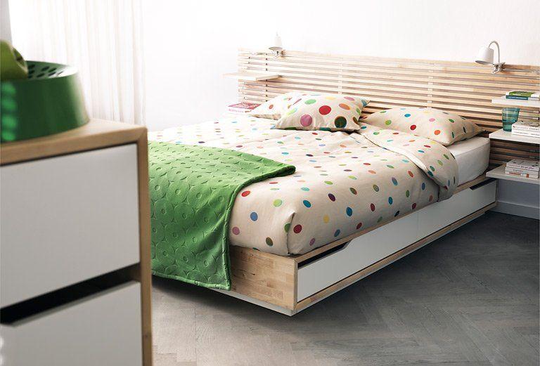 Betten mit Stauraum: Ein Bett mit Schubladen im Landhaus-Stil ...