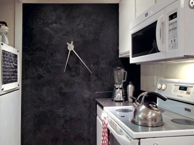 Ideen für kleine Küche-schwarz-weiß-Wandgestaltung mit Kreidetafel - küchen wanduhren design