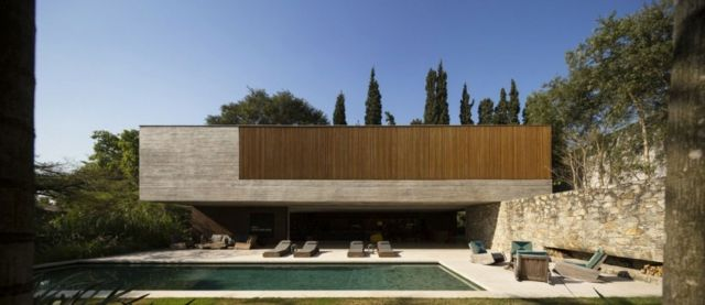 Fassadengestaltung stein  Modernes Haus Stein Fassade Holz Jalousien Liegesessel Pool ...