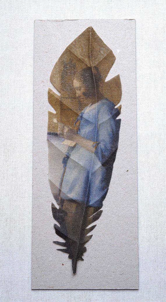 Cette plume est fait à la main en coton écru et imprimé avec belle peinture de la collection du Rijksmuseum d'Amsterdam. Vous pouvez encadrer ou l'utiliser comme un marque-page.    taille : 20 x 6 cm matière : coton écru technique : techniques de transfert - et fleuriste utilisé la peinture : femme lisant une lettre, Johannes Vermeer, c. 1663