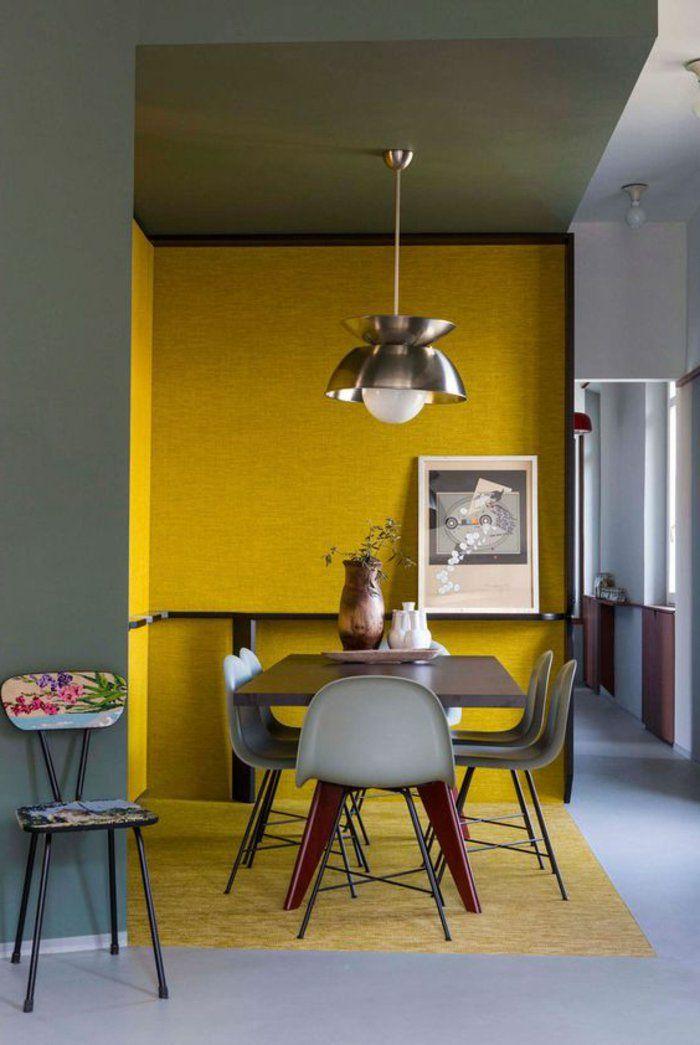 gelbe Wände, kleine Stühle und eine Lampe, buntes Bild perlgraue - lampen für die küche