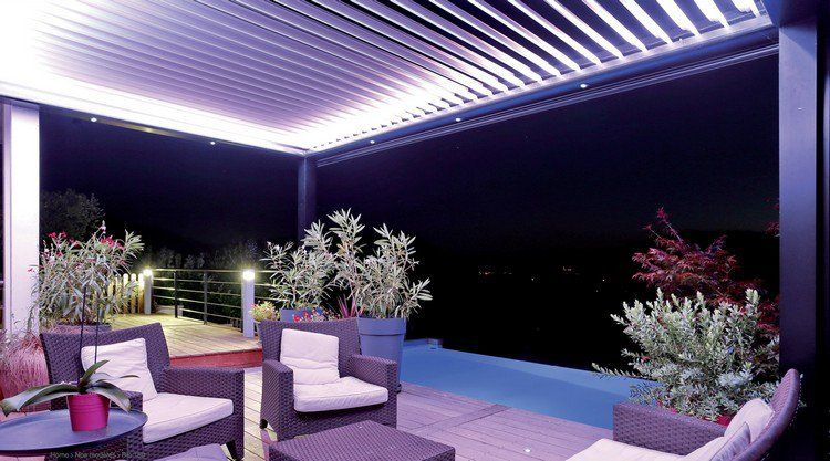 pergola bioclimatique avec clairage indirect spots led encastr s et meubles de jardin en. Black Bedroom Furniture Sets. Home Design Ideas