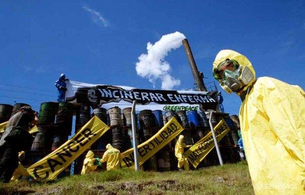 2000. Luego de tomar muestras de las cenizas que la empresa Tri Eco, incineradora de desechos químicos y médicos, acopiaba en tambores, encontramos dioxinas y altos niveles de metales pesados. Posteriormente a la denuncia, la empresa detiró del lugar los tambores pero, lejos de disponer de ellos de manera segura, los llevó a otro depósito de su propiedad.    © Greennpeace