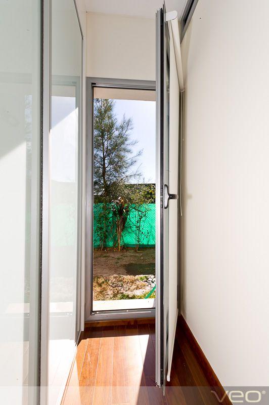 Puerta de metal interna. Contrafrente, patio.