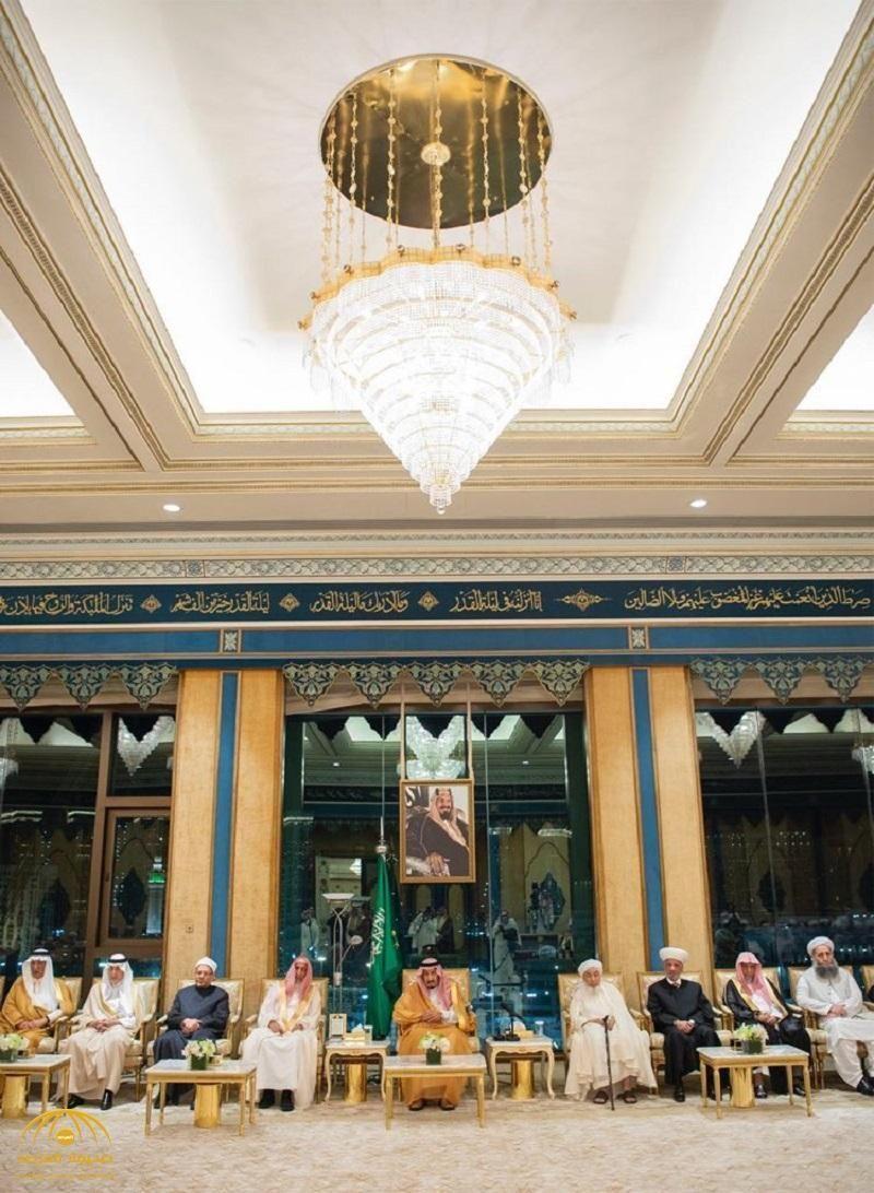 بالصور خادم الحرمين يتسلم وثيقة مكة المكرمة الصادرة عن المؤتمر الدولي حول قيم الوسطية والاعتدال Ceiling Lights Chandelier Decor
