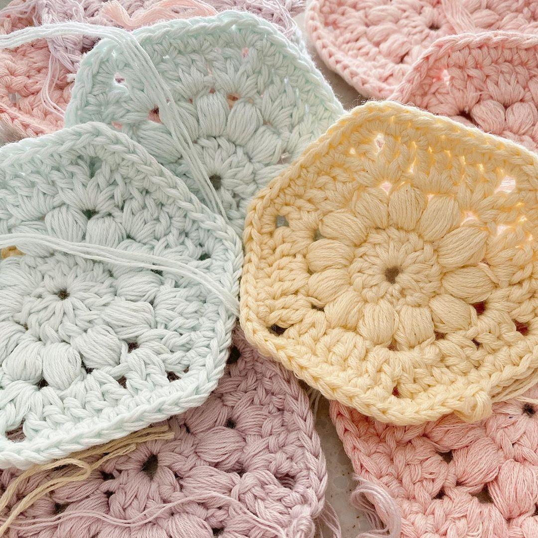 Instagram의 요요미맘 님 코바늘 뜨개 코바늘블랭킷 봄봄봄 은 오는데 외출은 언제쯤 예뿐색감보며 힐링 폼폼이도 달구 예뿌게 완성해서 울 딸램 유모차블랭킷으로 Crochet Blanket Blanket Crochet