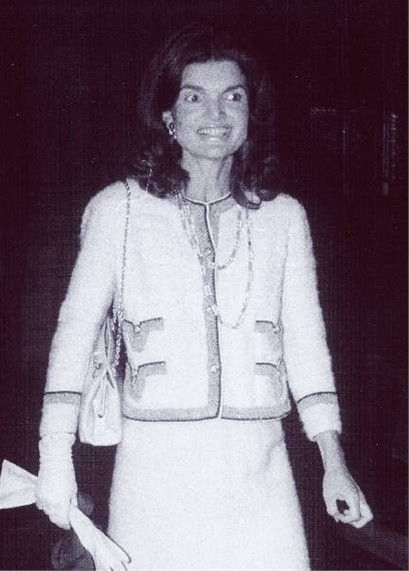 Wearing The Famous Paperclip Necklace By Coco Chanel Jackie Had Wanted One For Years But Coco O Jackie Kennedy Jacqueline Kennedy Jacqueline Kennedy Onassis