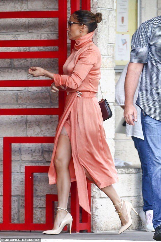 Jennifer Lopezs Wardrobe Malfunction: Flashes Spanx In