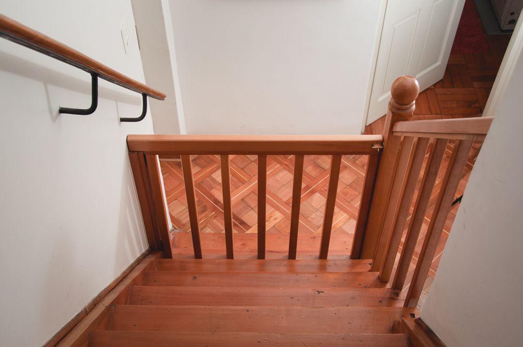 Puerta De Seguridad De Madera Para Escaleras Escaleras De Madera Puertas De Seguridad Escaleras
