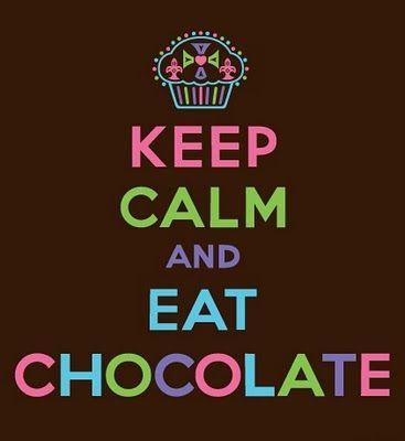 Fique calma e coma chocolate.