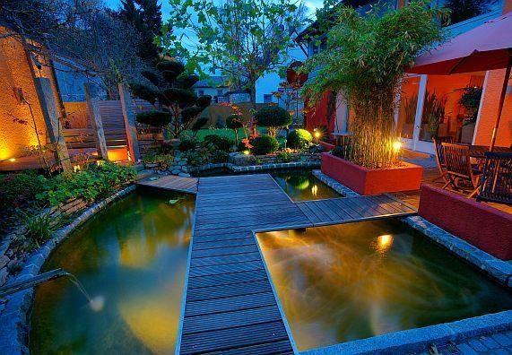 Für ein stimmungsvolles Ambiente am Abend sorgt eine Beleuchtung am Gartenteich.