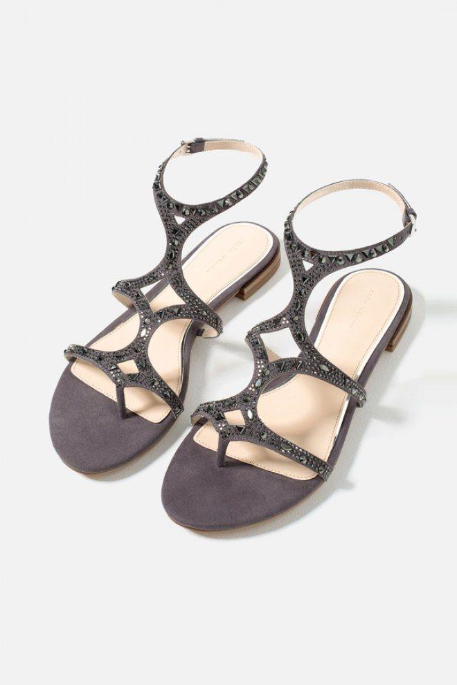 On aime les détails en strass qui donnent un petit côté bijou à ces  sandales sans pour autant faire bling bling. Sandales plates - Zara 4fb392eaaf18