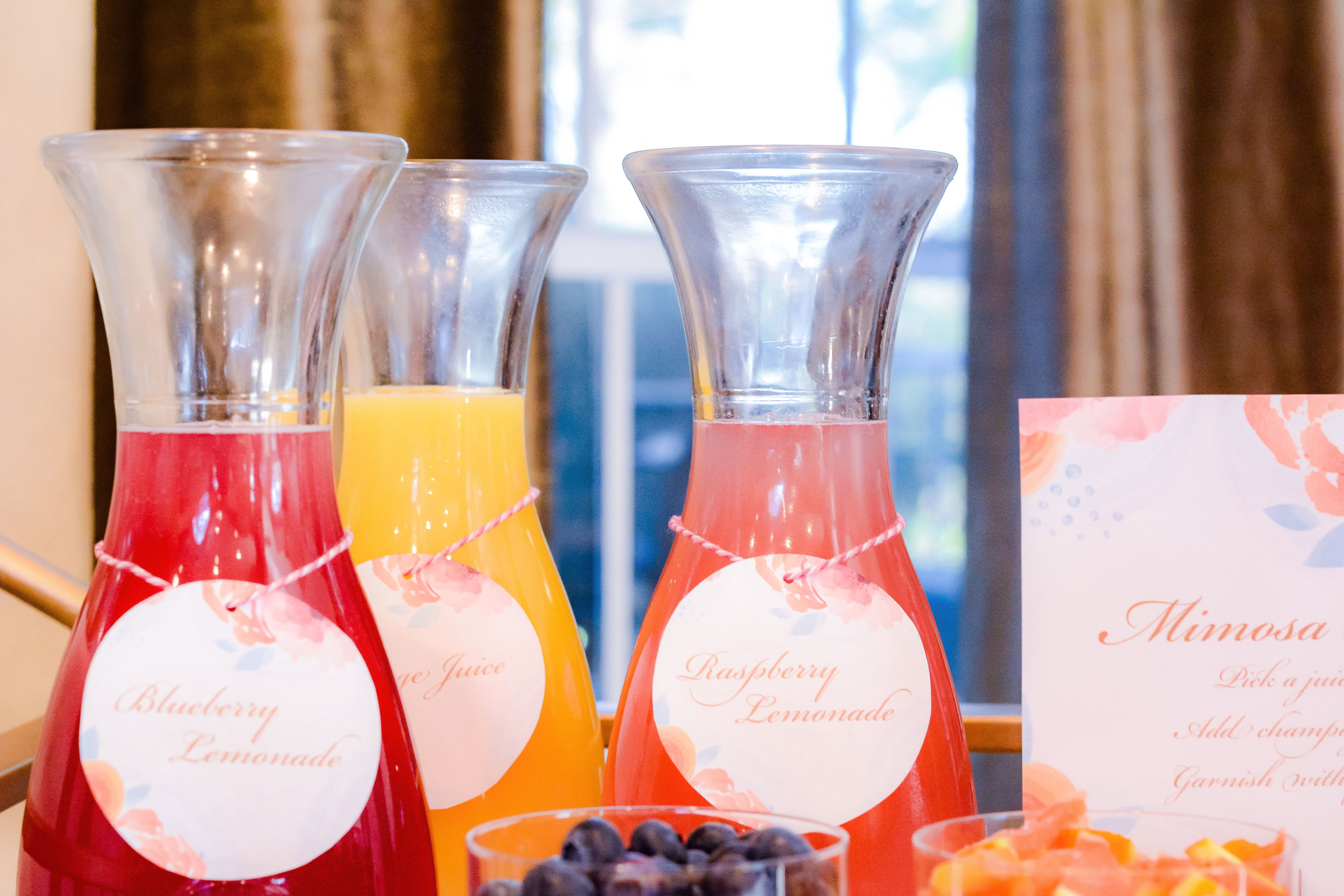 Hosting a brunch? Looking for mimosa bar ideas? We have all the tips and ideas you'll need for a beautiful, fun and yummy brunch!