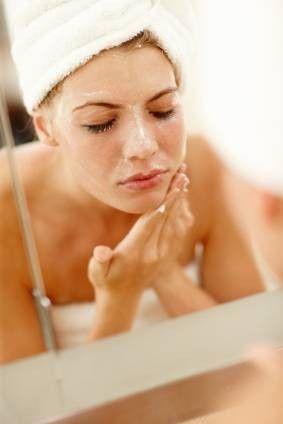 La exfoliación ayudara a lucir un maquillaje perfecto - - Más secretos para conseguir el maquillaje perfecto y una silueta envidiable en http://bodasnovias.com/maquillaje-perfecto-novias/4109/