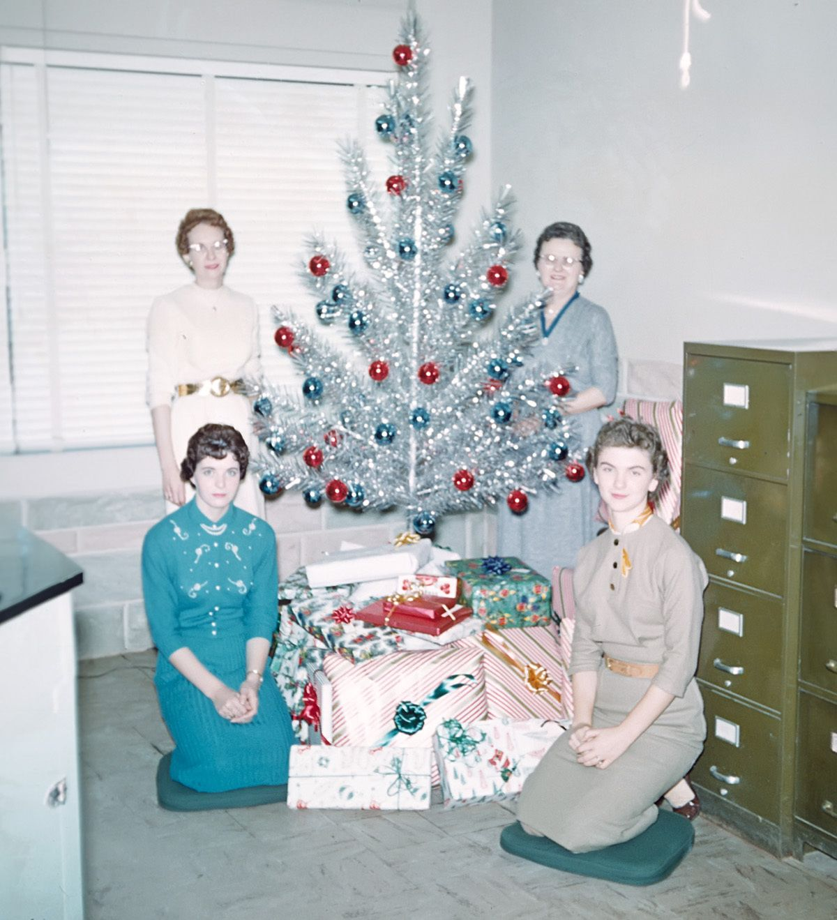 silver christmas tree kodacolor 50s....I think they used a ruler to place those ornaments!
