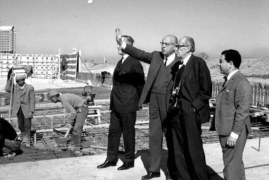 616b823466622 المعماري والتر غروبيوس، هشام منير، و آخرون، يراقبون إنشاء جامعة بغداد،  الستينات