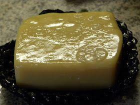 Maitosaippua kokeilussa 4kk myöhemmin.  Kuivassa saippuassa on hento happaman maidon tuoksu.  Mutta kastellessa tuoksu häipyy ja tuoksuu mi...