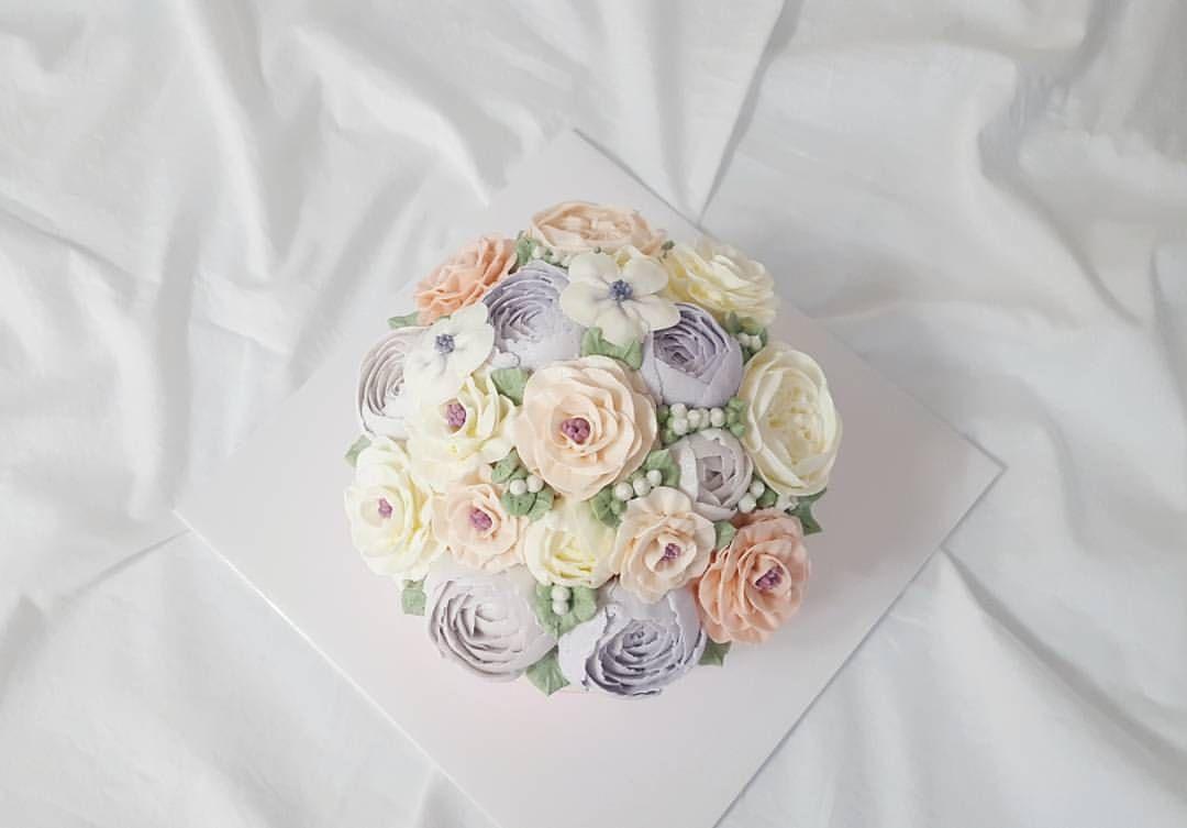 """38 Likes, 2 Comments - 오늘의 케이크 (Today's Cake) (@todayscake_kr) on Instagram: """"주문 케이크🌹 . #daily #korea #bakingclass #flowercake #dessert #buttercream #flower #cake #dessert #일상…"""""""