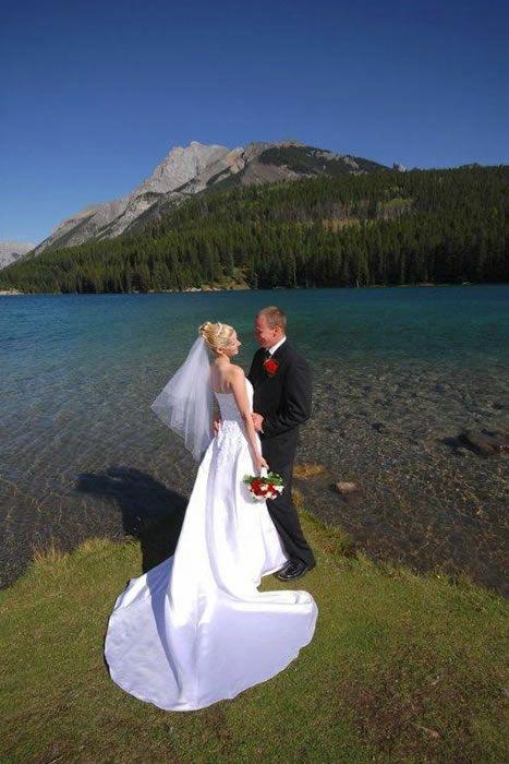 Two Jack Lake Wedding Couple Banff Banff Canada Weddings Lake Wedding
