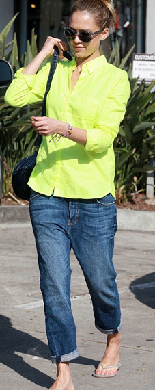 Jessica Alba in neon shirt. A comfy spring outfit