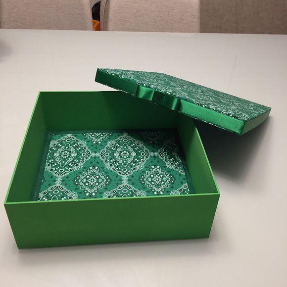 Caixa Decorada Em Arabesco Verde Com Imagens Caixas Decoradas