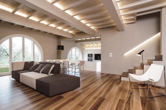 Nussbaum Parkett und weiße Holzbalkendecke in einer modernen Villa - holzbalken decke interieur modern