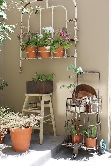 Here Is Another Upcycled Garden Idea This One Is From Deco Marce And Features A Section Of An Old Upcycle Garden Vintage Garden Decor Wrought Iron Bed Frames