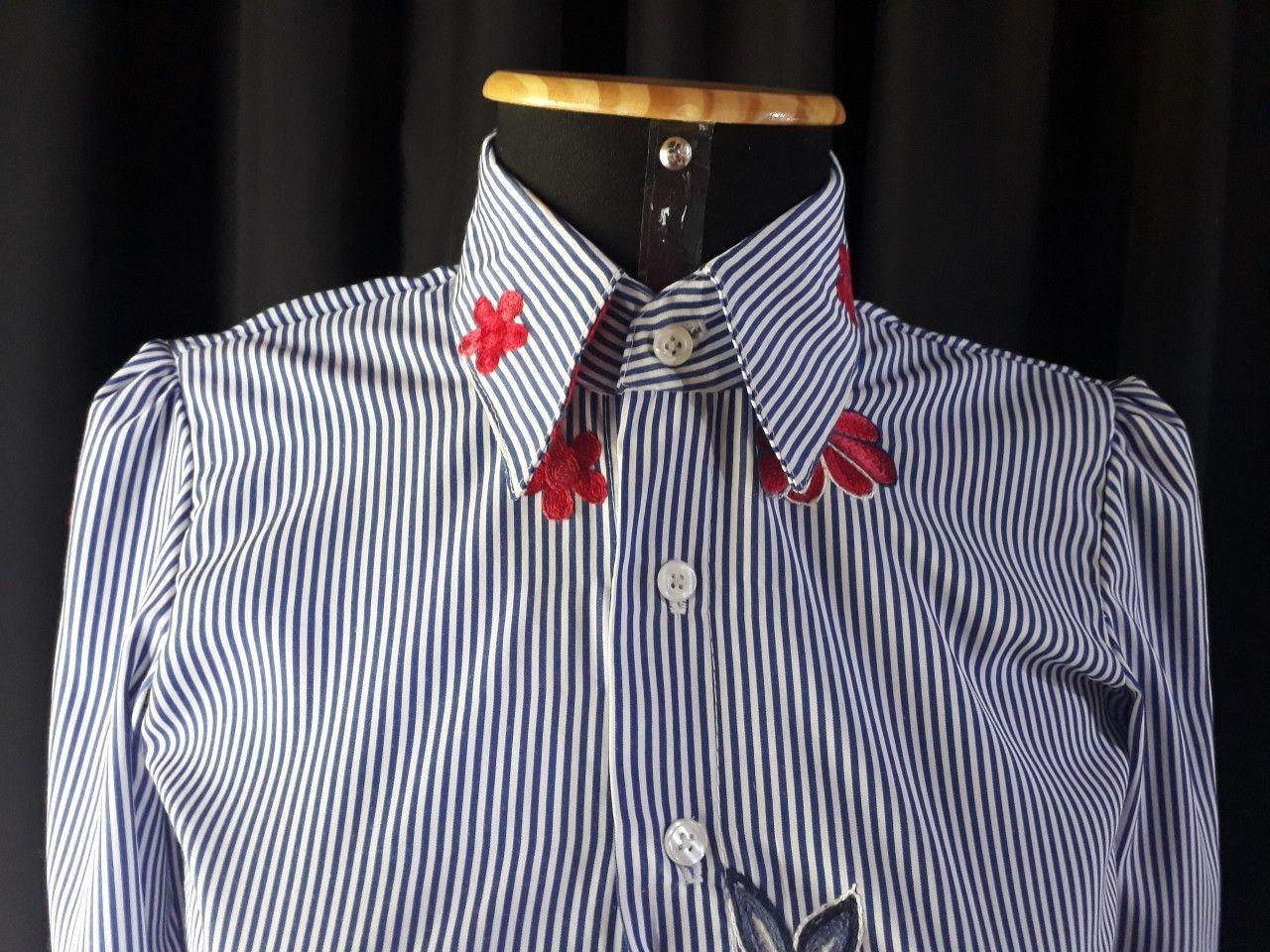 2e4822835206 Camisa feminina de listras com flores bordadas 🌺 @Ateliê_FabiFariasFaz  @amanda_simoes • Roupas exclusivas,