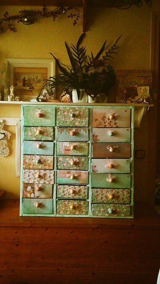 Mueble de cartón reciclado, hecho por Nieves.
