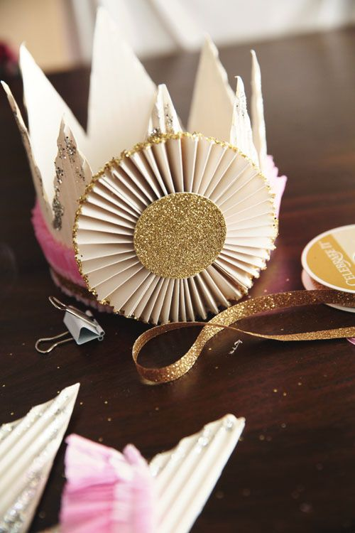 Pretty paper crown how-to - perfect prop for photo sessions, special birthdays, etc!  Handmade Mood | DIY Celebration Crown | http://handmademood.com