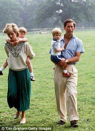 Charles e Diana com William e Harry.  O casal real assistiu 703 compromissos no ano em que as crianças tinham três e um anos de idade