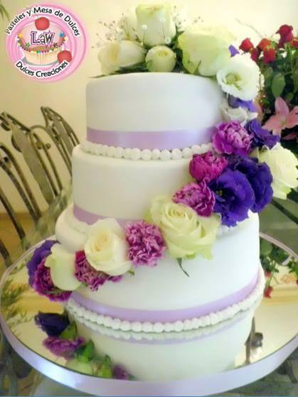 pastel de boda con flores naturales pasteleslaw