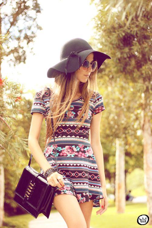 Black hat, shoulder bag and round sun glasses