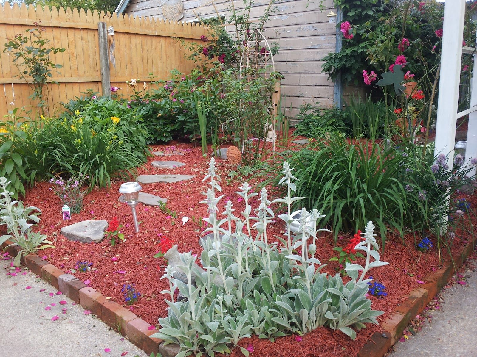 Flower Beds Love The Red Mulch And All Of My Are Done That Way