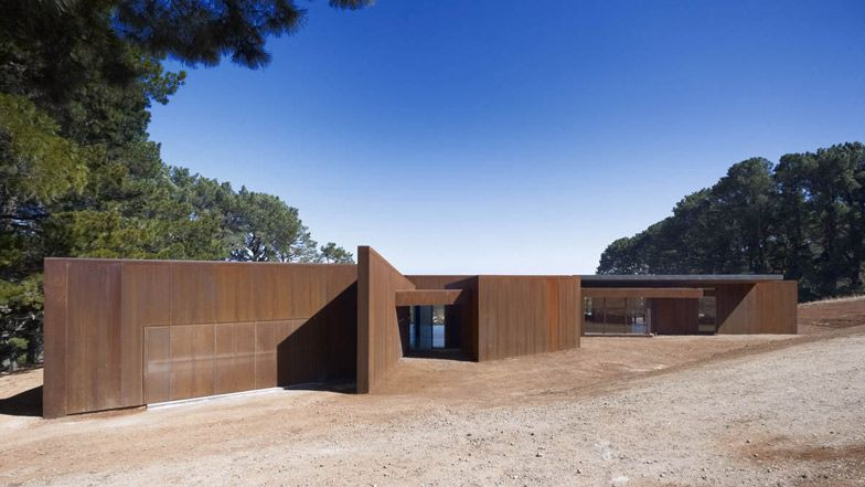 Red House at Red Hill by Inarc | Red houses, House and Architecture