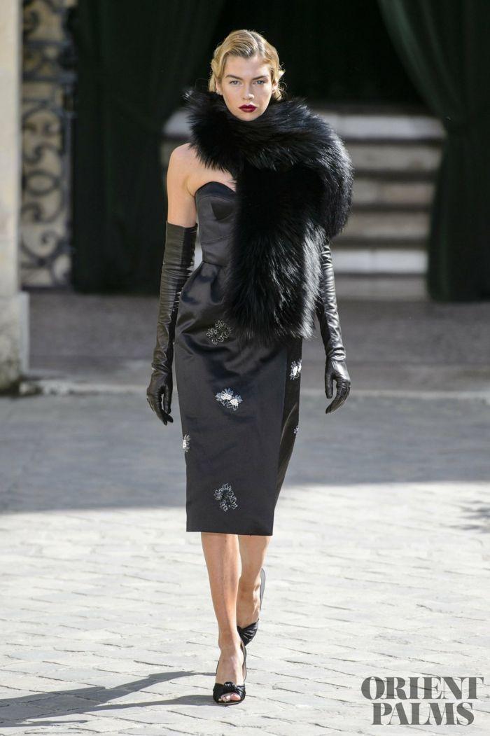 Schwarzes Cocktailkleid, lange Handschuhe aus Leder und Pelzkragen ...
