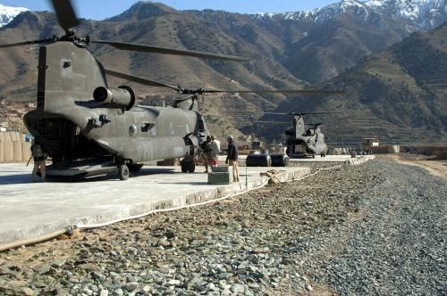 U.S. Army Soldiers from 10th Combat Aviation Brigade, 10th Mountain Division refuel a CH-47 Chinook helicopter in Naray, Afghanistan, Jan. 5, 2007